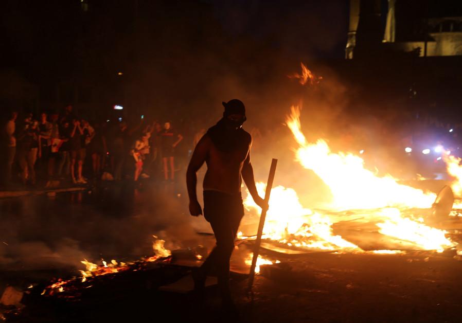 Furious protests erupt in Lebanon, Hariri presents 72-hour deadline