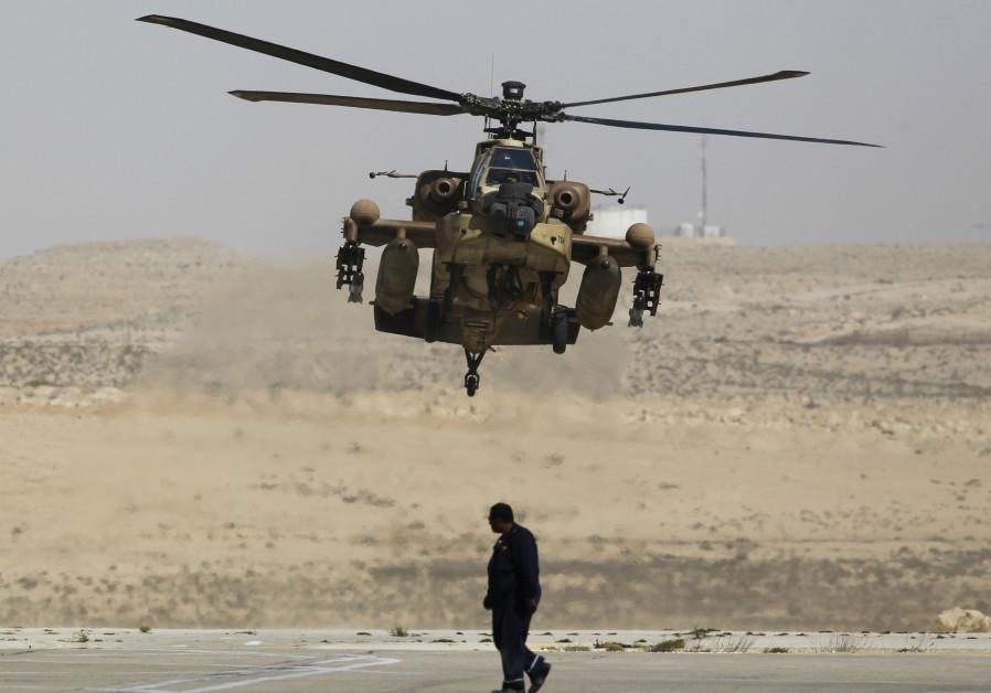 Un hélicoptère Apache israélien lors d'un entraînement de routine