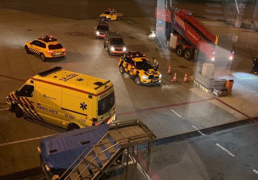 Passengers and crew safely off plane at Schiphol: military police