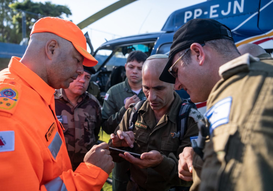 Col. (res.) Golan Vach talks with Israeli and Brazilian rescuers after Brazil's deady Brumadinho dam disaster in January 2019. (Credit: IDF Spokesperson's Unit)