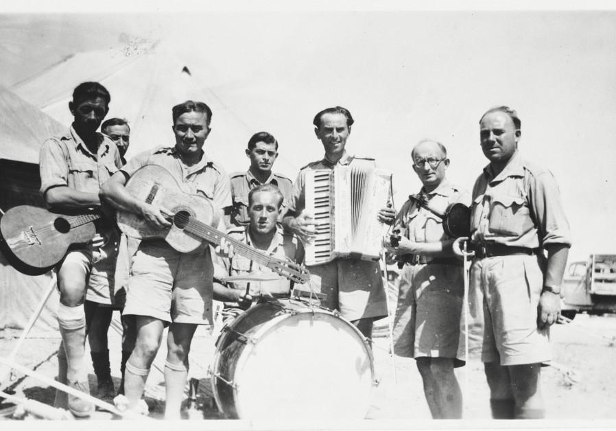 Un portrait de groupe de membres du groupe du IIe Corps polonais (Armée d'Anders) alors qu'ils étaient stationnés en Palestine