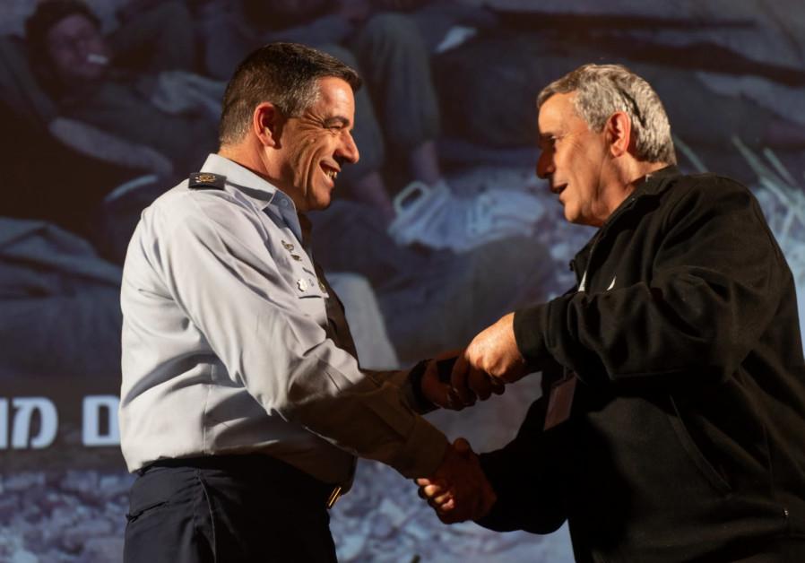 Gen. (ret.) Yoel Feldshuh receives Golden Wings from Norkin  (Photo Credit: IDF SPOKESPERSON'S UNIT)