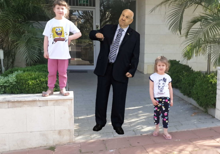 Children are seen taking a picture with an AR hologram of President Reuven Rivlin. (Photo credit: Tetavi)