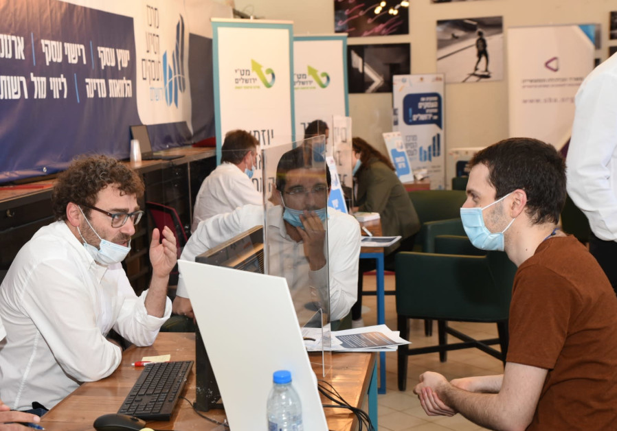 Providing assistance at the new Business Support Center in Jerusalem (Noam Romano)