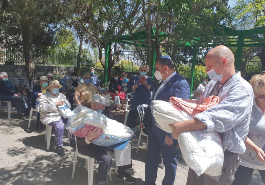 MAYOR MOSHE LION and Jerusalem Foundation president Shai Doron (right) distribute blankets and towels to World War II veterans (Photo Credit: Jackie Ohayon)