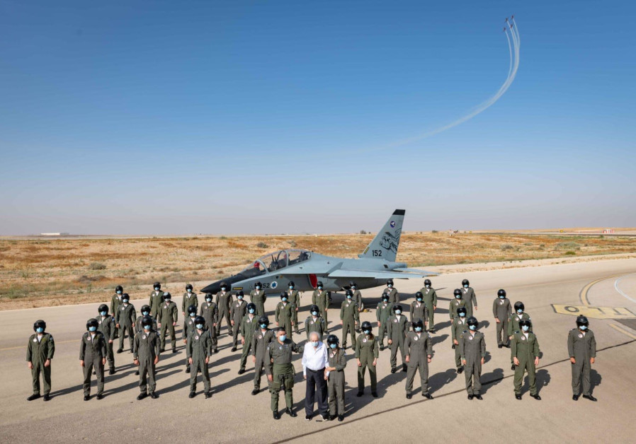 Forty Air Force cadets from the 180th prestigious flight course with Mordechai Raflowitz, an Etzel fighter who fought in the British Army, and the grandfather of one of the graduates (Credit: IDF Spokesperson's Unit)