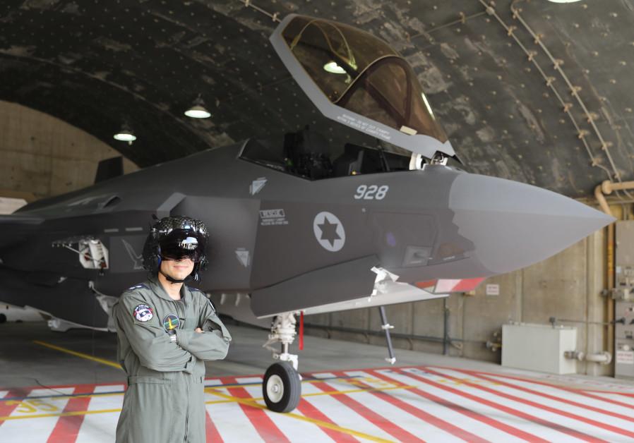 Un pilote de l'IAF pose fièrement à côté d'un F-35. (Crédit: Marc Israel Sellem)