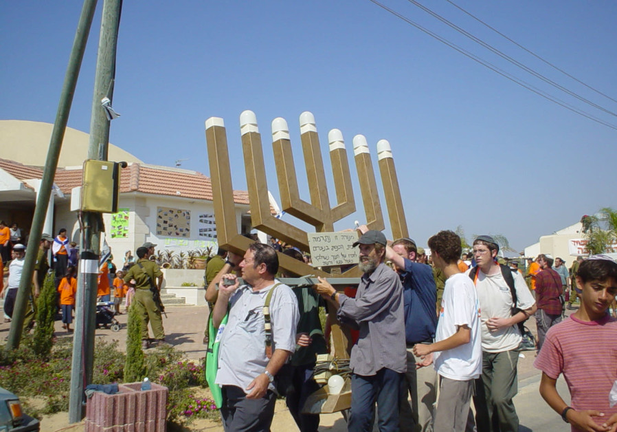 SETTLERS CARRY out the giant menorah from the synagogue at Netzarim, the last Gaza settlement to be evacuated, August 22, 2005. (Credit: Arieh O'Sullivan)