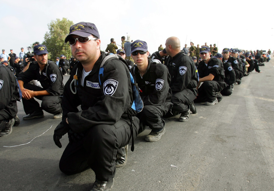 REALITY DAWNS: Israel Police arrive in Neveh Dekalim on August 15, 2005. (Goran Tomasevic/Reuters)