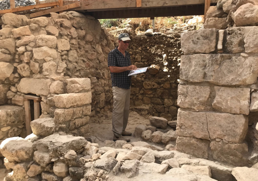 Tel Aviv University Prof. Yuval Gadot in the remains of the building destroyed by the Babilonyans in 586 BCE at the Givati Parking Lot Excavation at the City of David, Jerusalem. (Credit: Rossella Tercatin)