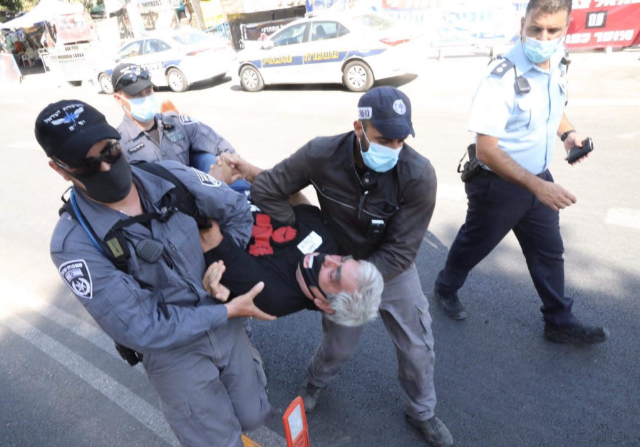 Police evacuates anti-Netanyahu protesters from Balfour, August 20, 2020.