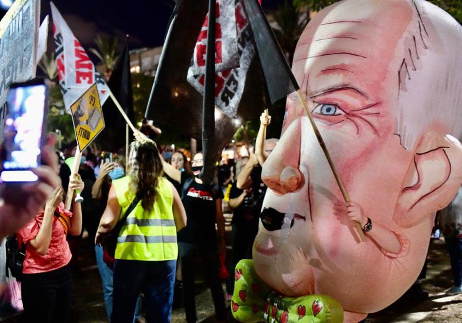 Protesters gathering at Rabin Square, Tel Aviv, August 27, 2020. (Credit: Sassoni Avshalom)