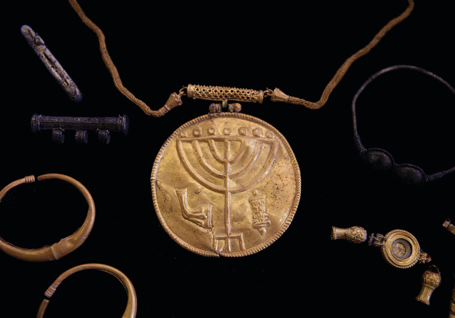 View of an ancient medallion dated to the late Byzantine period (early seventh century CE) with a menorah, a shofar (ram's horn) and a Torah scroll icon during a press conference in the Hebrew University of Jerusalem, Israel, 09 September, 2013. (Flash90)