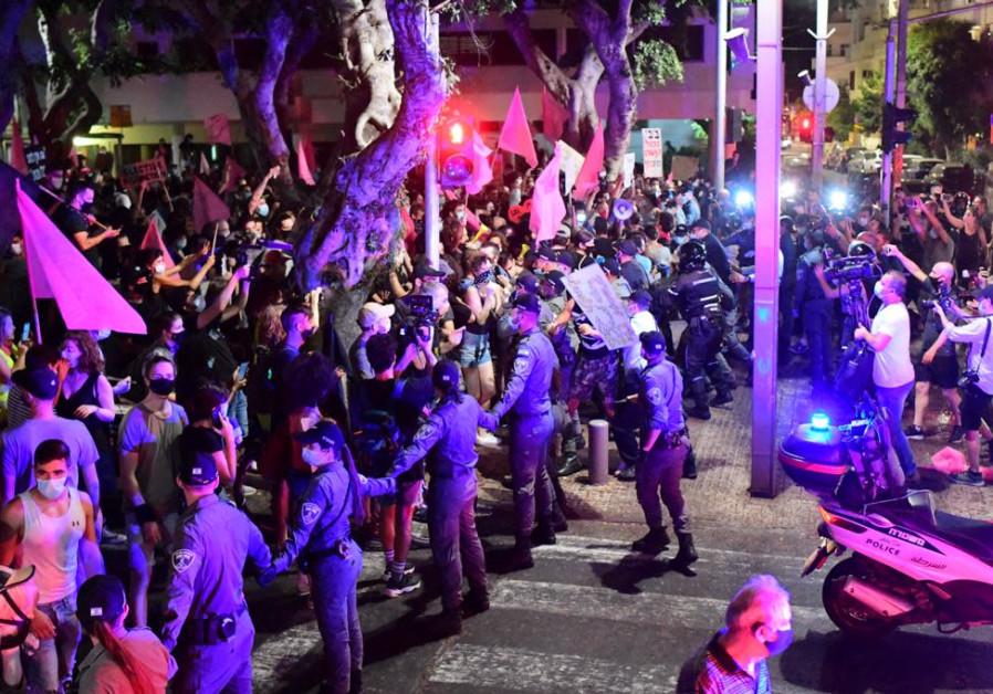 Hundreds gather against Prime Minister Benjamin Netanyahu at Kikar Hamedina, October 6, 2020. (VSHALOM SASSONI/ MAARIV)
