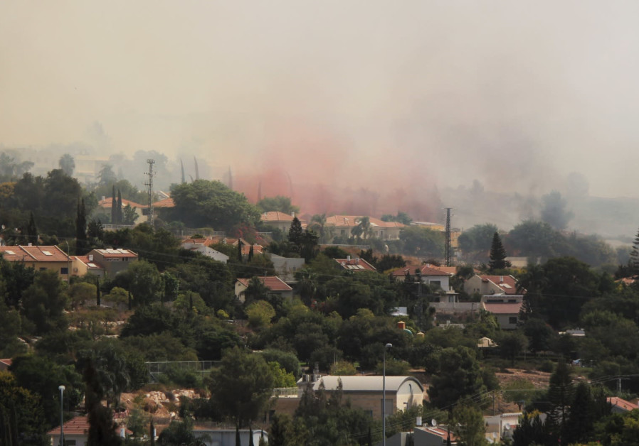 A wildfire near Kfar HaOranim near Modi'in Illit engulfs several houses, October 9, 2020. (Ori Lewis)