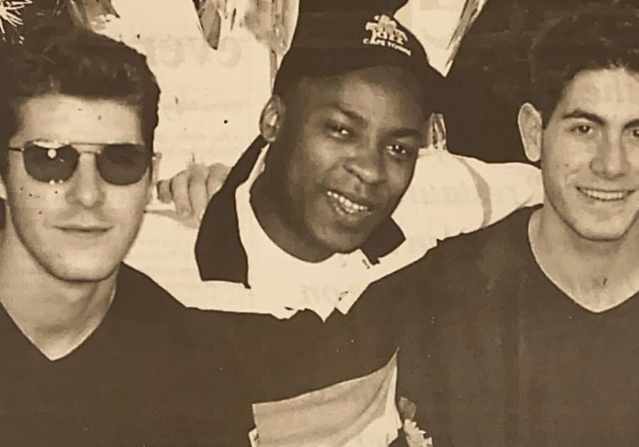 Hak atas foto Yosef Gutman Levitt Gary Levitt Trio menampilkan pemain bass berusia 22 tahun saat itu, Lionel Louke.
