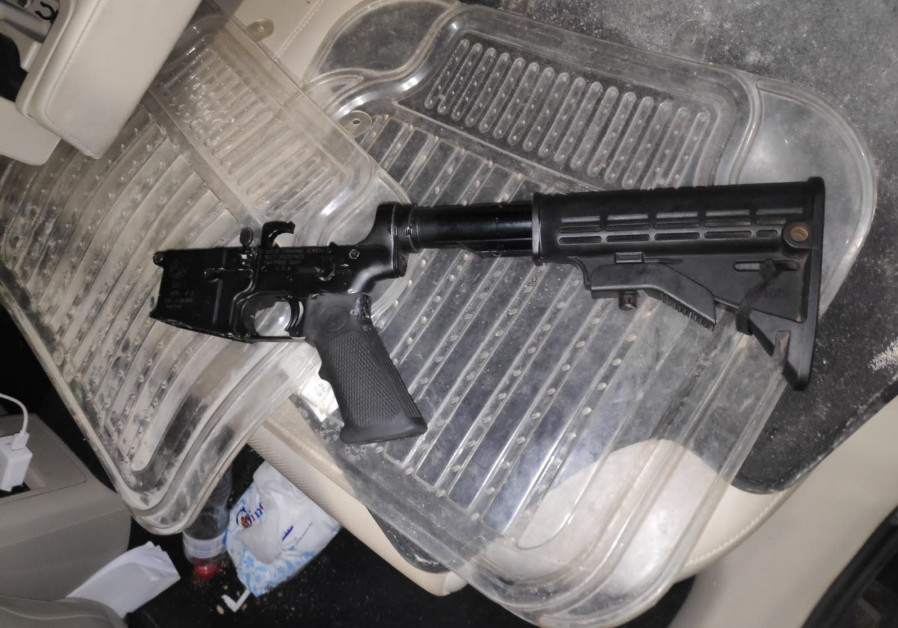 Parts of the M16 rifle discovered in the suspects' car, October 17, 2020. (Defense Ministry Crossing Authority)