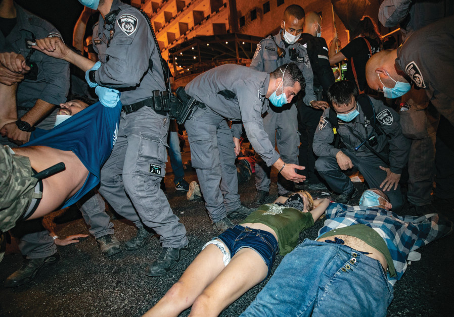 """""""It's the protestors on Balfour Street who think they are above the law."""" Police arrest demonstrators outside teh PM's residence in Jerusalem on October 17, 2020. (Olivier Fitoussi / Flash90)"""