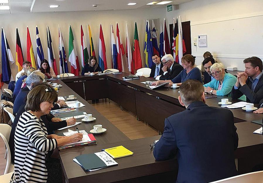 MARCUS SHEFF, dyrektor generalny IMPACT-SE (z powrotem do kamery) przedstawia europejskim posłom w Brukseli informacje o palestyńskich podręcznikach.  (Kurtuazja)