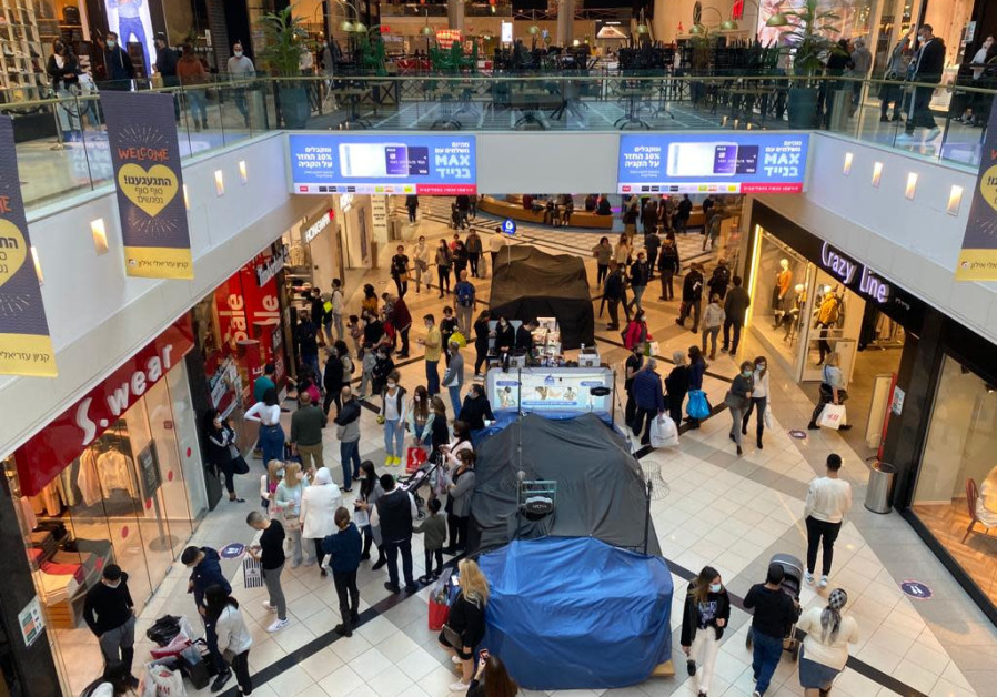 Malls have generally been shut since Israel first entered lockdown in March so shoppers took advantage of their reopening, November 27, 2020 (Credit: Avshalom Sassoni/Maariv)