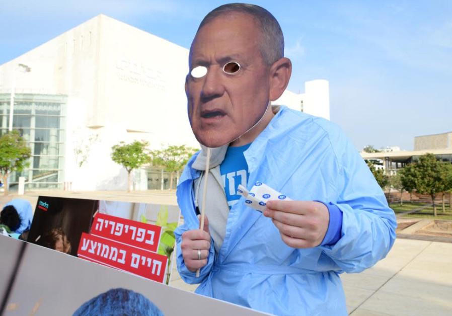 Alternate Prime Minister Benny Gantz also made an appearance at the protests, Tel Aviv, December 2, 2020 (Credit: Avshalom Sassoni/Maariv)
