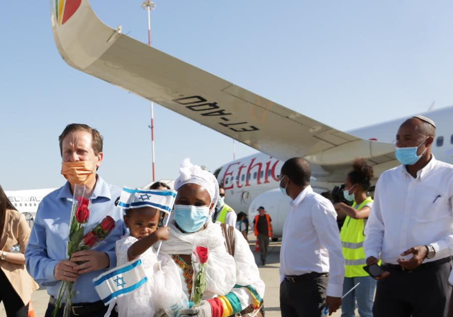 Chairman of the Executive of The Jewish Agency Isaac Herzog greeting new olim from Ethiopia, May 2020  (Jewish Agency)