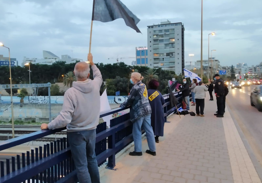 Anti-Netanyahu protesters at Halacha Bridge, Tel Aviv, Saturday, December 12, 2020. (Credit: Black Flag movement)
