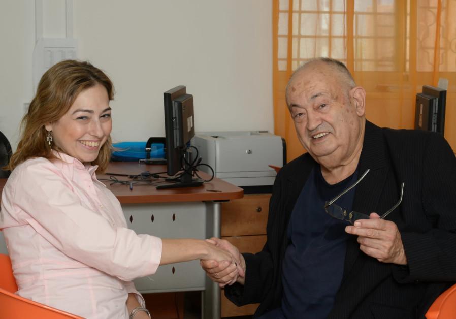 Advocate Noa Shein and Holocaust survivor Aryeh Shutzky at an Aviv for Holocaust Survivors center. (Photo: Sarit Azoulay)
