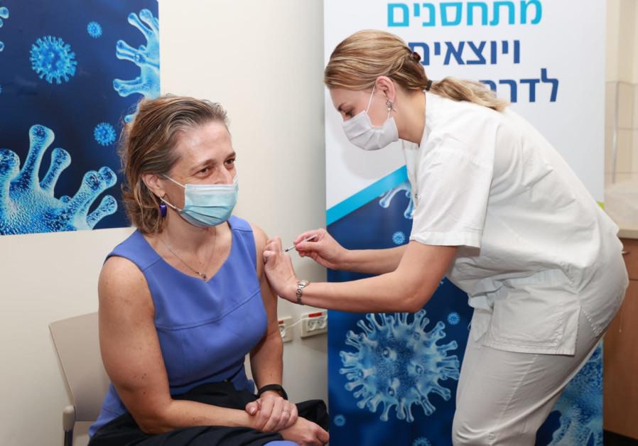 Head of Public Health Services Dr. Sharon Alroy-Preis receives the coronavirus vaccine, Rabin Medical Center-Beilinson Campus, December 20, 2020 (Credit: Rabin Medical Center)