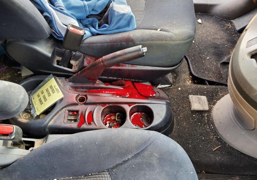 L'intérieur de la voiture qui a été attaqué par des jets de pierres par des Palestiniens en Cisjordanie, le 3 janvier 2021. (Crédit: Binyamin Spokesperson Unit.)