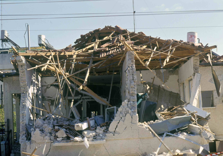 A mound of destruction: Houses that were destroyed down to their foundations due to hits from Iraqi Scud missiles. (Credit: IDF ARCHIVES DEFENSE MINISTRY AND MICHAEL SARFATI AND AVI SIMCHONI)