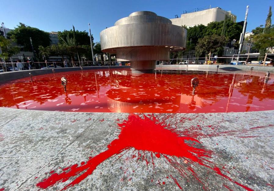 Dizengoff fountain dyed in red in Tel Aviv. (Credit: AVSHALOM SASSONI/ MAARIV)