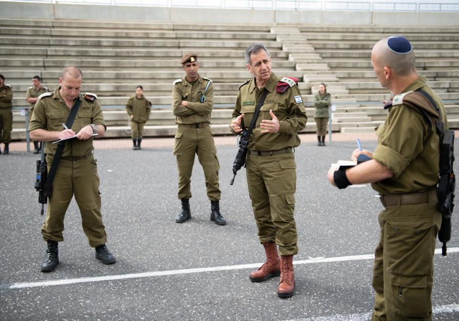 Kochavi briefs officers during a visit to the Bahd 1 officer's training school near Mizpe Ramon. (IDF Spokesman)