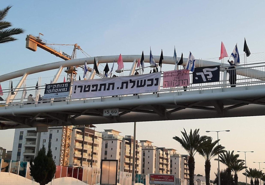 Anti-Netanyahu protests gather on bridges throughout the country for the 29th consecutive week of the protests, Saturday, January 9, 2020. (Credit: Black Flags Movement)