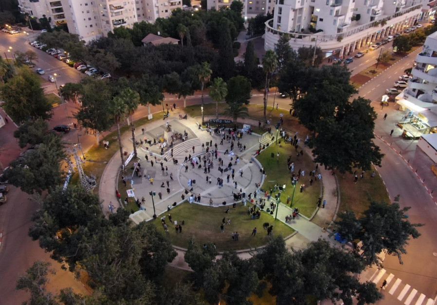 Anti-Netanyahu protests gather in Ramat Hasharon for the 29th consecutive week of the protests, Saturday, January 9, 2020. (Credit: Black Flags Movement)
