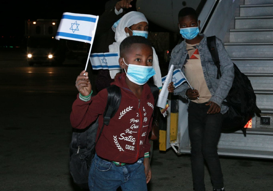 The fifth flight of Operation Rock of Israel lands at Ben-Gurion Airport (Ella Shiluv/GPO).