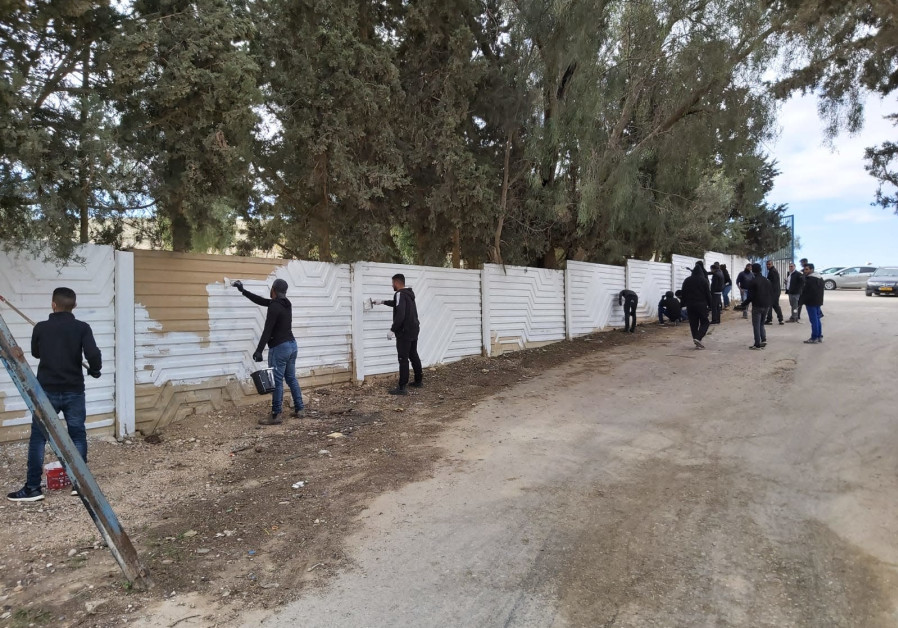 Bedouin youth restore the cemetary in Nevatim after it was vandalized (Stars of the South).