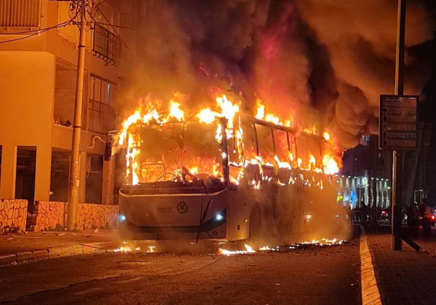 Violent riots continued late into the night in Bnei Brak against the background of police enforcement of coronavirus regulations in the ultra-Orthodox city. (Credit: EXTREMIST ULTRA-ORTHODOX PROTESTORS GROUP)