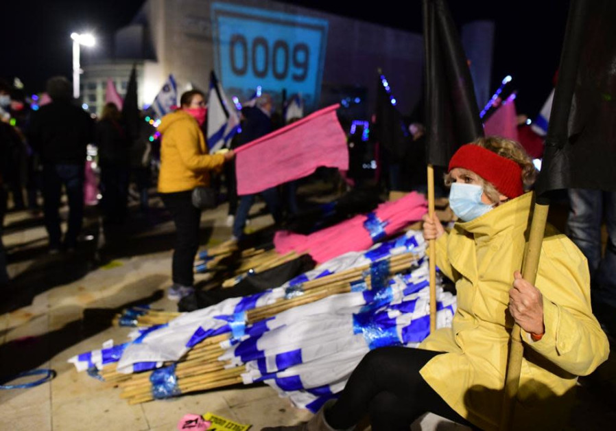 Hak atas foto Sasoni Avshalom Seorang pengunjuk rasa terhadap Perdana Menteri Benjamin Netanyahu di Habima Square di Tel Aviv, Sabtu, 30 Januari 2021.