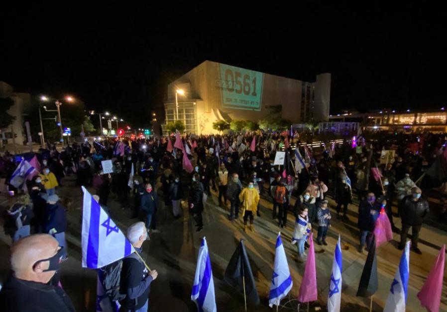 Pengunjuk rasa anti-Netanyahu di Habima Square di Tel Aviv memperingati para korban pandemi virus corona di Israel, Sabtu, 30 Januari 2021.