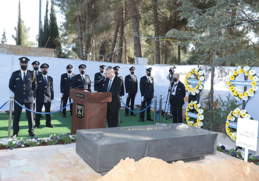 Politicians and service-members gather for the funeral of Israeli diplomat Shlomo Hillel, February 10, 2021. (Credit: YOSSI ZAMIR/KNESSET)