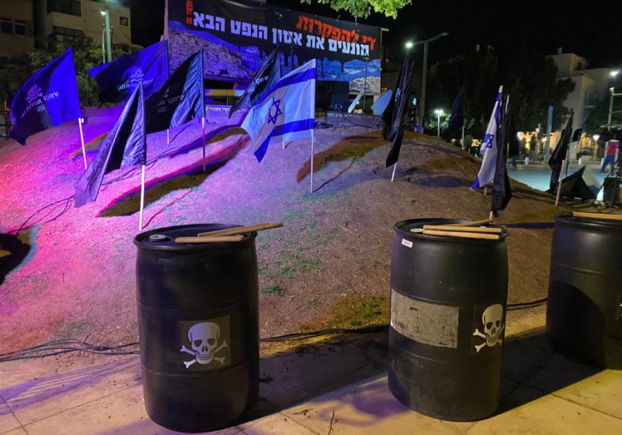"""Sign reads: """"Stop the anarchy! Prevent the next oil spill."""" Habima Sqaure, Tel Aviv, March 6, 2021. (Credit: Avshalom Sassoni)"""