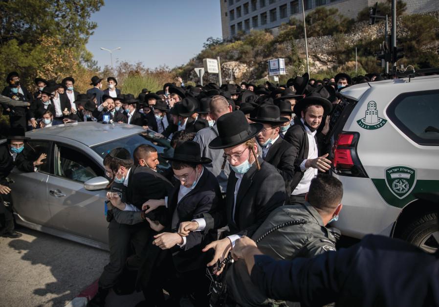 ISRAEL POLICE try to stop haredim from entering Jerusalem's Har Hamenuchot, during the funeral of Rabbi David Feinstein on November 9, 2020.  (Yonatan Sindel/Flash90)
