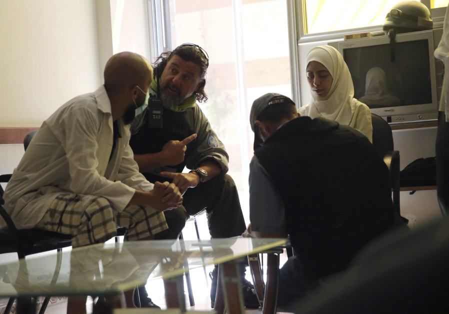A UN chemical weapons expert (2nd L) chats with a doctor as he visits a hospital, where people affected by an apparent gas attack are being treated, in the Damascus' suburb of Zamalka August 29, 2013. A team of UN experts left their Damascus hotel for a third day of on-site investigations into apparent chemical weapons attacks on the outskirts of the capital. Activists and doctors in rebel-held areas said the six-car UN convoy was scheduled to visit the scene of strikes in the eastern Ghouta suburbs.(Credit: REUTERS/MOHAMED ABDULLAH)