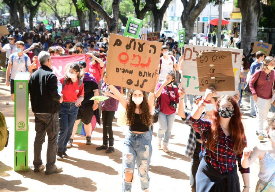 Thousands of Israeli youth protesting the climate crisis in Tel Aviv, March 19, 2021. (Credit: AVSHALOM SASSONI/MAARIV)