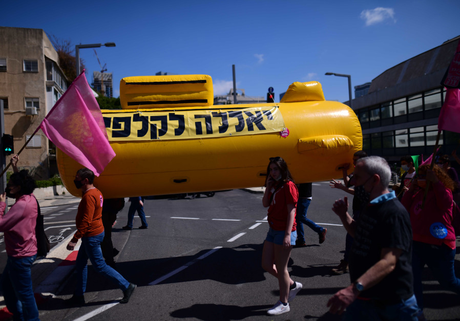 Protesters hold a submarine with text that urges voters to arrive at polls on Tuesday, (TOMER NEUBERG/FLASH90)