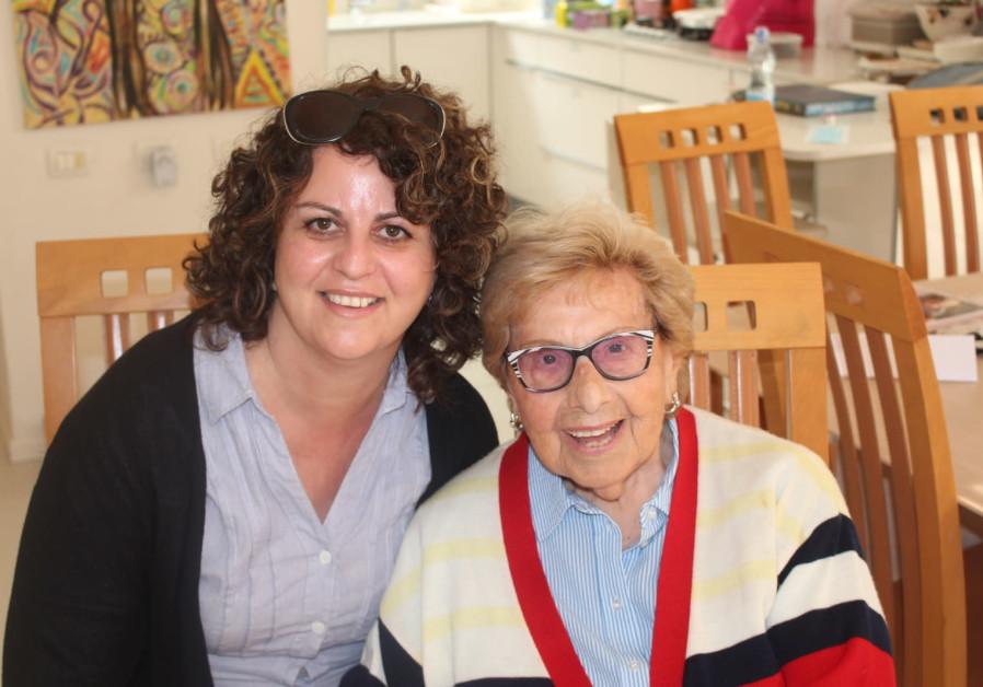 95-year-old Ettie Stein and her granddaughter Mandi Brandriss.  (Image source: MANDI BRANDRISS)