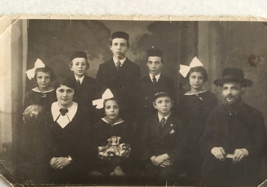The Weisz family, with father Yosef Weisz, mother Amalia Weisz, and Zisso their daughter in the center of the bottom row. (Credit: COURTESY YAD VASHEM)
