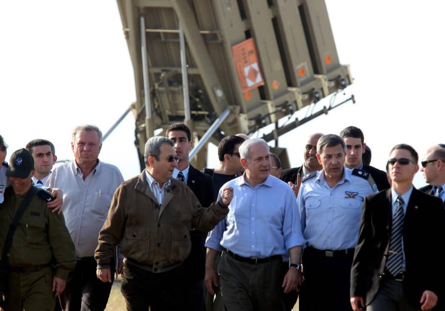 SINKRONISASI: Perdana Menteri Benjamin Netanyahu dan menteri pertahanan Ehud Barak mengunjungi Kubah Besi, yang ditempatkan di Ashkelon, pada bulan April 2011.