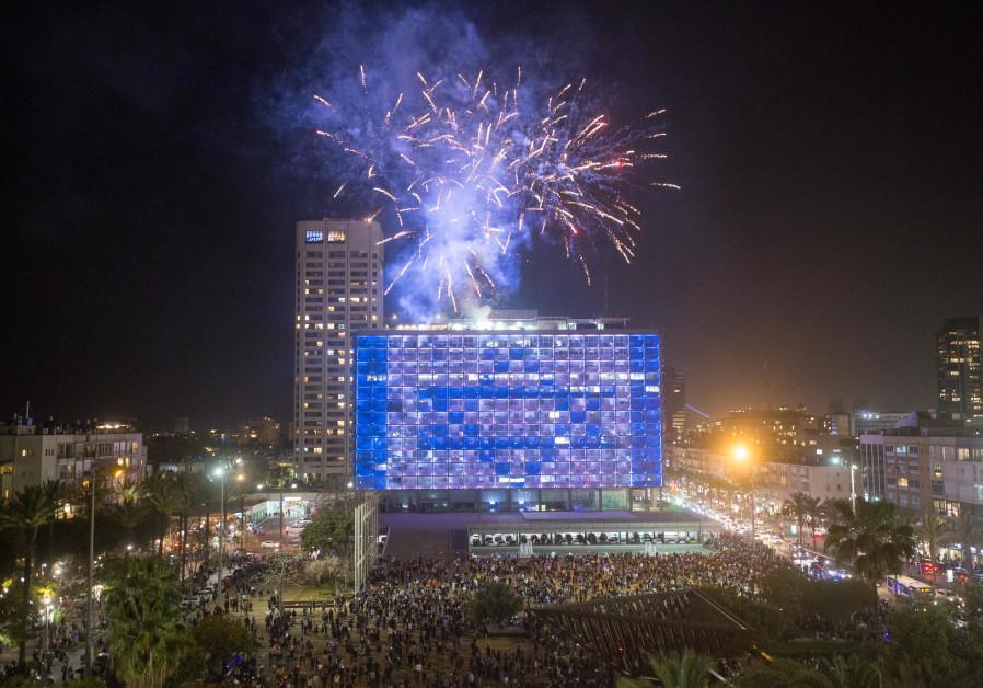 Orang Israel menonton kembang api selama pertunjukan untuk memperingati Hari Kemerdekaan ke-73 Israel di lapangan Rabin di Tel Aviv pada 14 April 2021 (kredit foto: Miriam Alster / Flash90).